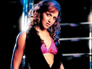 Dhoom - movie review by Surjyakiran Das - Planet Bollywood